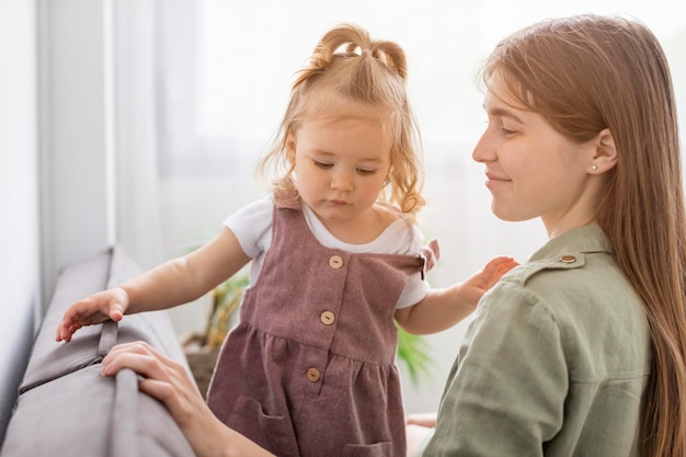 Matka I Dziewczyna Siedzą Razem Darmowe Zdjęcia