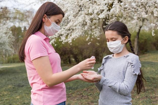 Matka I Dziewczyna Z Maskami Na Zewnątrz Darmowe Zdjęcia