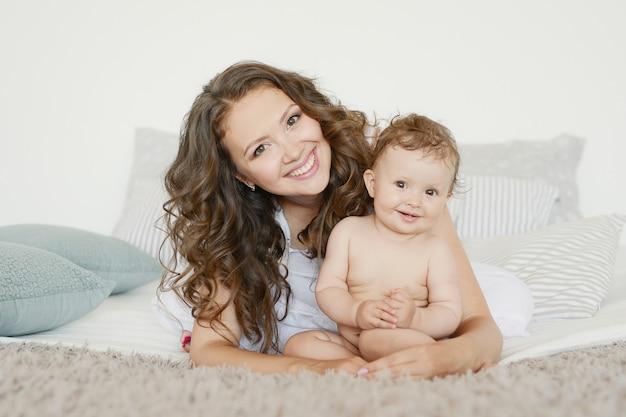 Matka i jej dziecko na łóżku Premium Zdjęcia