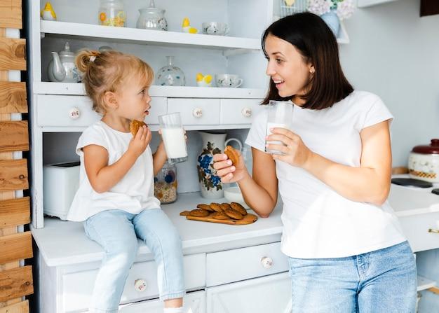 Matka i mała córka pije mleko Darmowe Zdjęcia