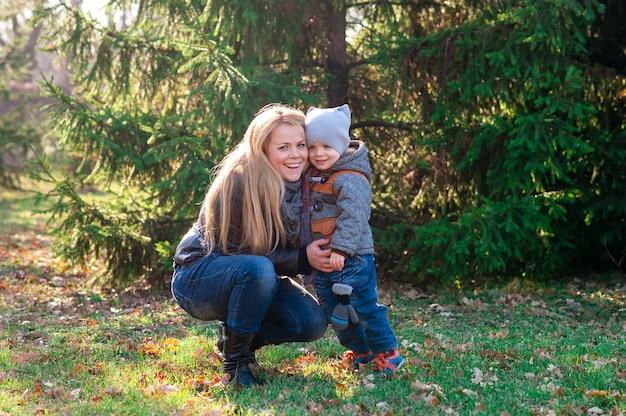 Matka I Syn Bawią Się W Jesień Parku Premium Zdjęcia