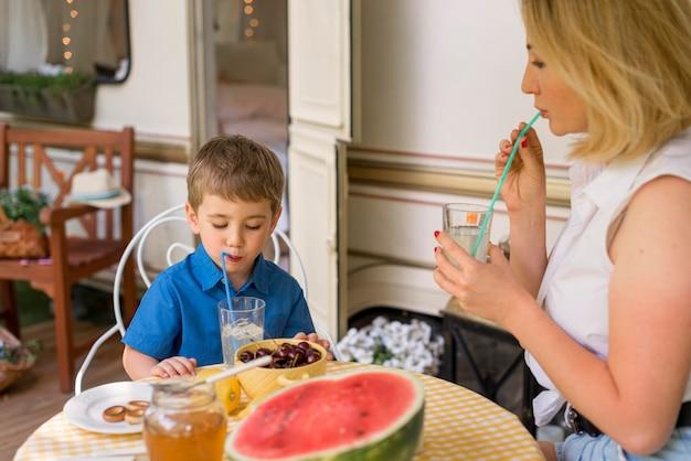 Matka I Syn Piją Lemoniadę Na Zewnątrz Darmowe Zdjęcia