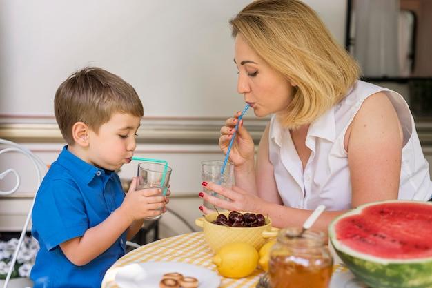 Matka I Syn Piją Lemoniadę Darmowe Zdjęcia