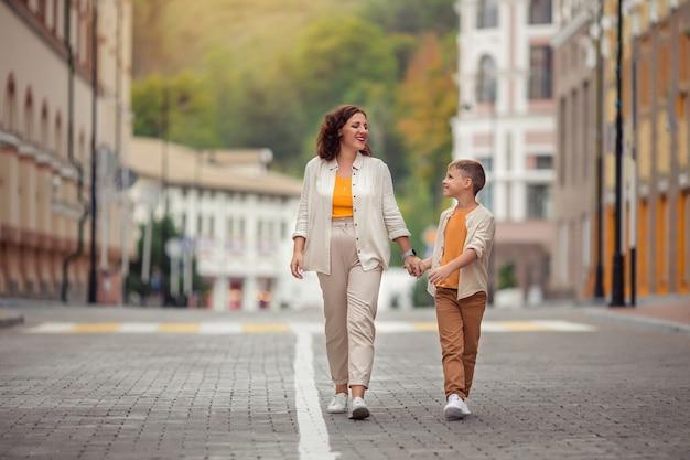 Matka I Syn Spacerują Po Ulicach Europejskiego Miasta Premium Zdjęcia