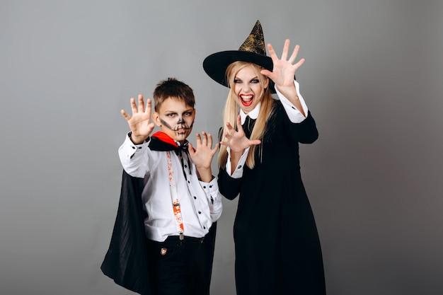 Matka I Syn W Fantazyjnej Sukni Pokazano Straszny Gest Na Aparat. Halloween Premium Zdjęcia