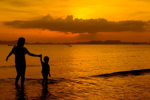 Matka i syn w plenerze o zachodzie słońca z miejsca na kopię Darmowe Zdjęcia