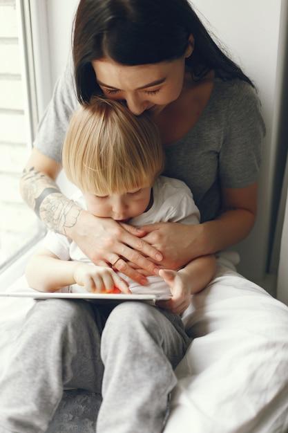 Matka I Synek Siedzi Na Parapecie Darmowe Zdjęcia
