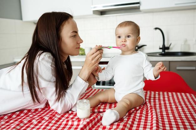 Matka Karmi Słodkie Dziecko Jogurt Z łyżeczką Darmowe Zdjęcia