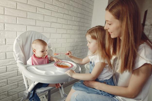 Matka Karmi Swoje Małe Dziecko W Kuchni Darmowe Zdjęcia