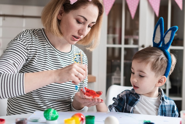Matka Maluje Rękę Synów Na Wielkanoc Darmowe Zdjęcia