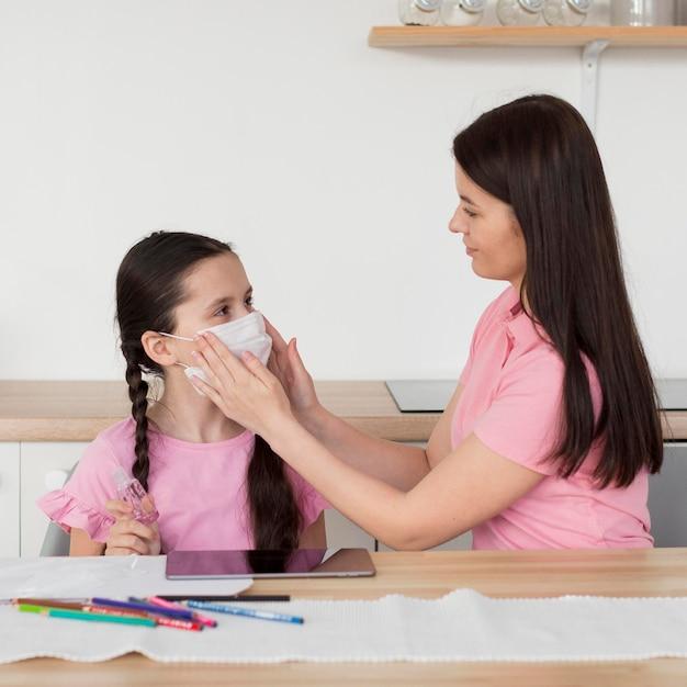 Matka Nakładanie Maski Na Dziecko Darmowe Zdjęcia