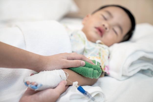 Matka Ochłodziła Dziecko Przez Wodę W Szpitalu Premium Zdjęcia