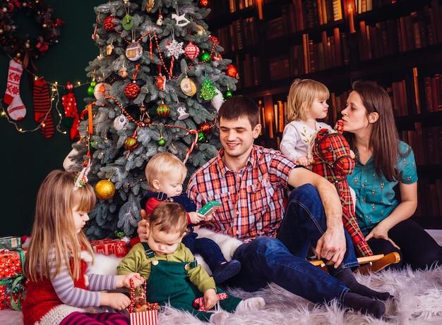 Matka, Ojciec I Dzieci Siedzą Obok Choinki Darmowe Zdjęcia