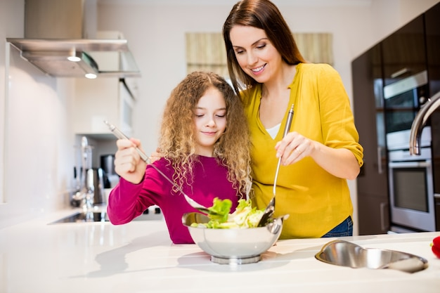 Matka pomaga córce w podejmowaniu sałatki Darmowe Zdjęcia