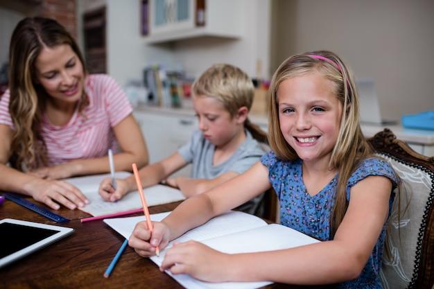 Matka Pomaga Dzieciom W Odrabianiu Lekcji Premium Zdjęcia