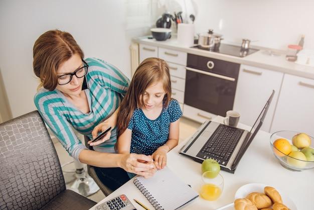 Matka pracuje w domu Premium Zdjęcia
