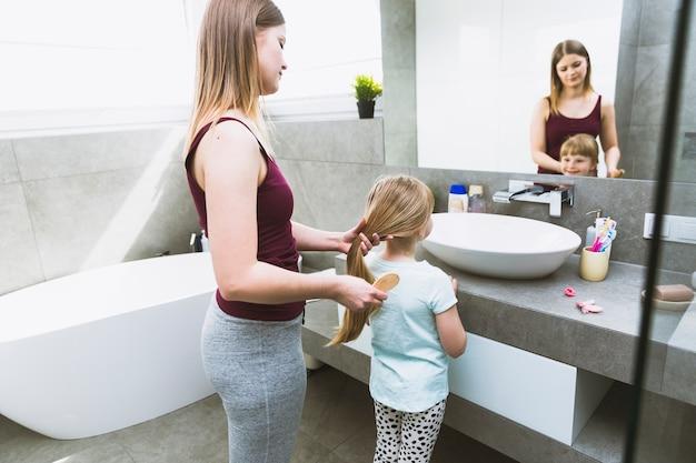 Matka Szczotkuje Włosy Córki Darmowe Zdjęcia