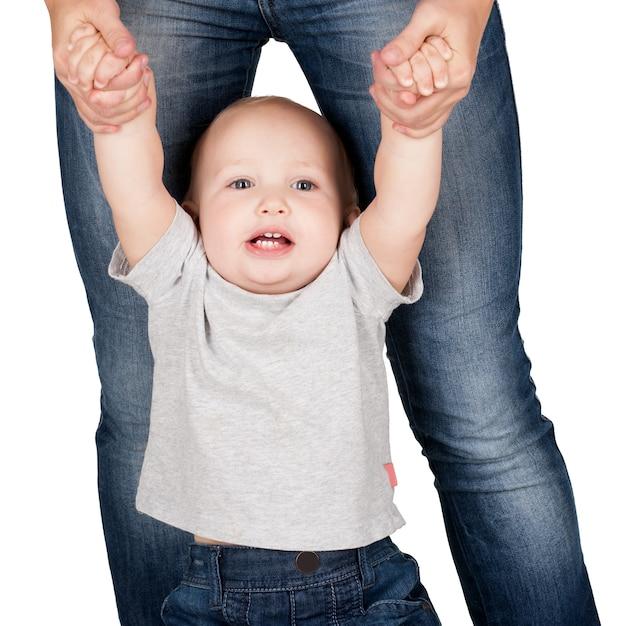 Matka Trzyma Dziecko Z Rąk Na Białym Tle Darmowe Zdjęcia