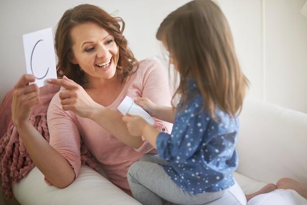 Matka Uczy Listów Córkę Darmowe Zdjęcia
