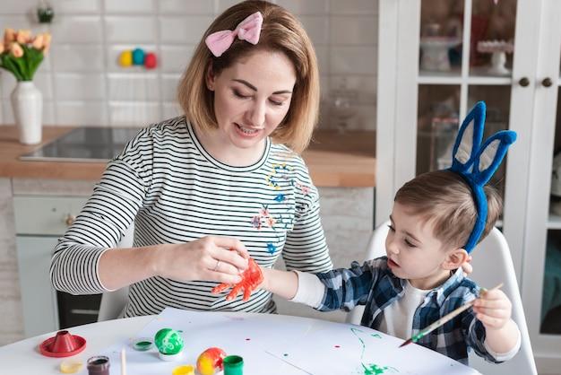 Matka Uczy Małego Chłopca, Jak Malować Jajka Na Wielkanoc Darmowe Zdjęcia