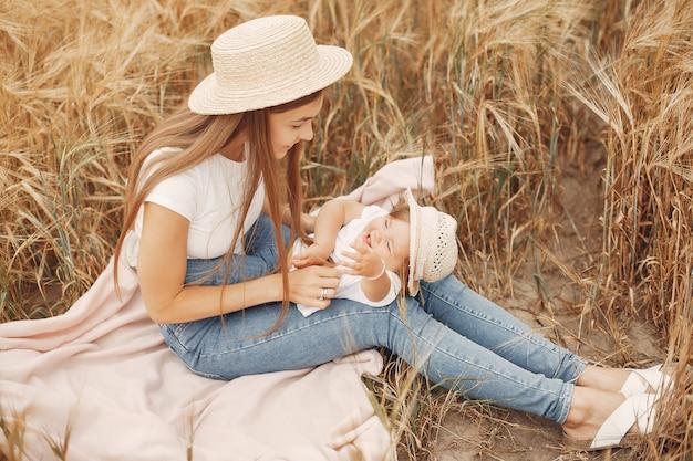 Matka z córką bawić się w lata polu Darmowe Zdjęcia