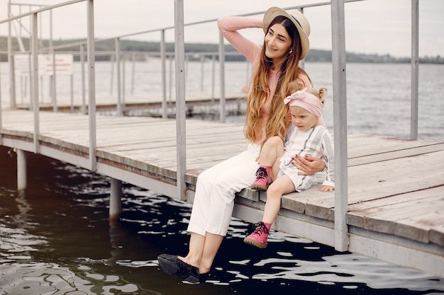 Matka Z Córką Bawić Się W Lato Parku Darmowe Zdjęcia