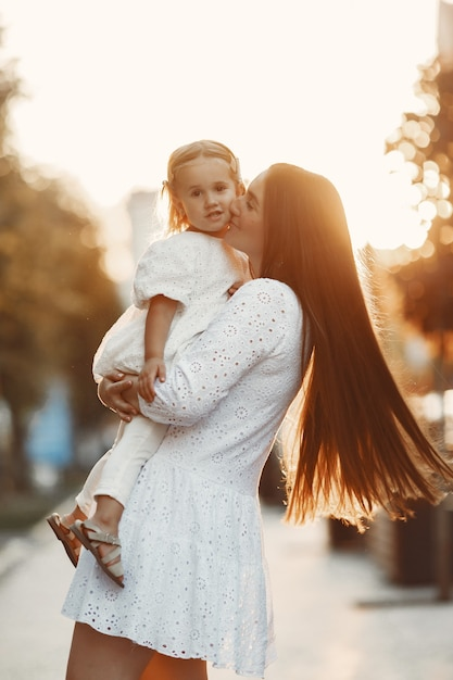 Matka Z Córką Gra. Kobieta W Białej Sukni. Rodzina Na Tle Zachodu Słońca. Darmowe Zdjęcia