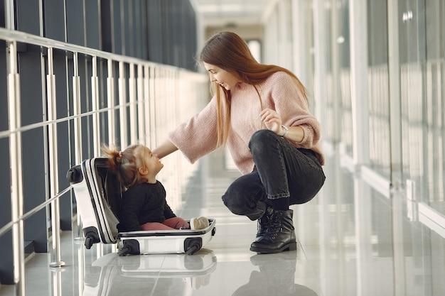 Matka Z Córką Na Lotnisku Darmowe Zdjęcia
