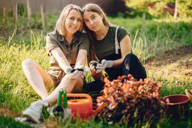 Matka z córką pracuje w ogrodzie niedaleko domu Darmowe Zdjęcia