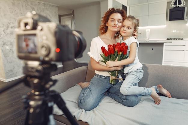 Matka Z Córką Prowadzi Bloga W Domu Darmowe Zdjęcia