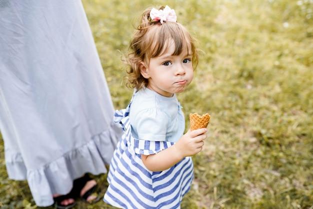 Matka Z Córką Spaceru W Parku Premium Zdjęcia