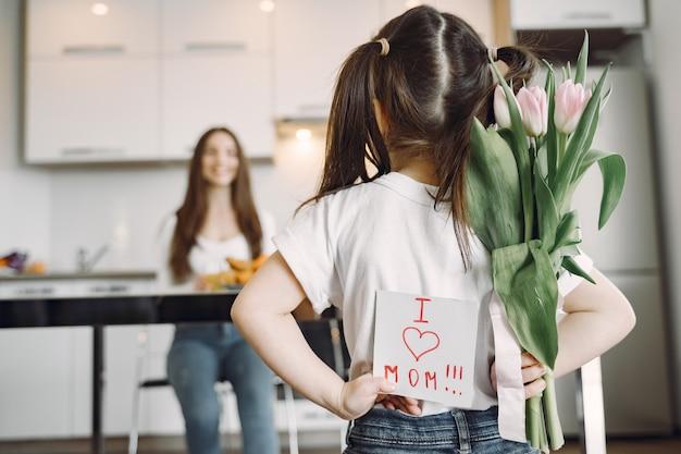Matka Z Córką W Domu Darmowe Zdjęcia