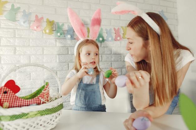 Matka Z Córką W Kuchni Przygotowuje Się Do Wielkanocy Darmowe Zdjęcia