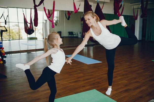 Matka z córką w siłowni Darmowe Zdjęcia