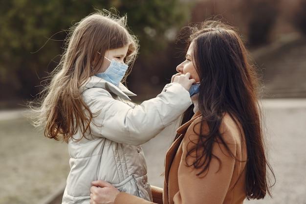 Matka Z Córką Wychodzi Na Zewnątrz W Maskach Darmowe Zdjęcia