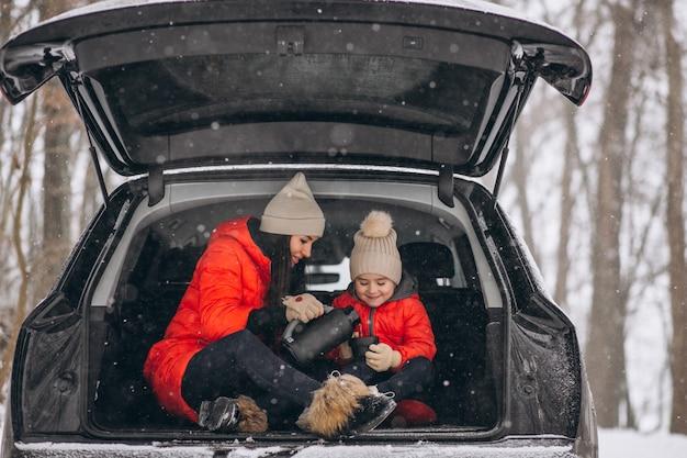 Matka z córki obsiadaniem w samochodzie w zimie Darmowe Zdjęcia