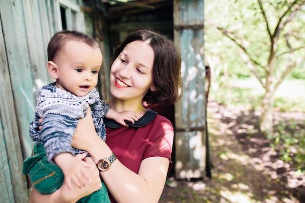 Matka z dzieckiem na ręce Darmowe Zdjęcia