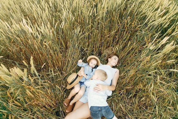 Matka z dziećmi bawić się w lata polu Darmowe Zdjęcia