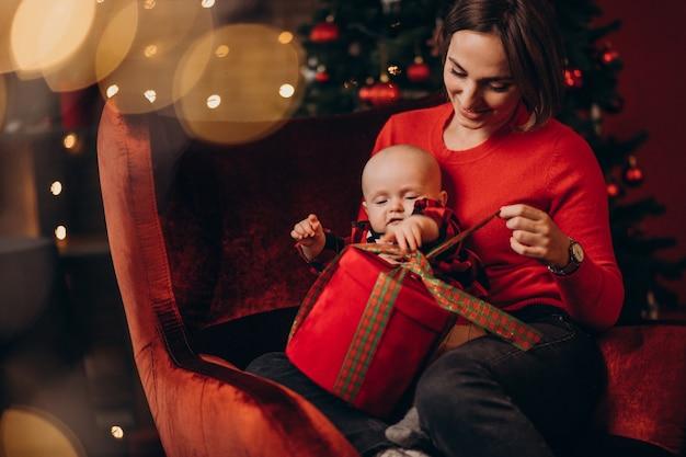 Matka Z Jej Chłopcem Obchodzi Boże Narodzenie Darmowe Zdjęcia