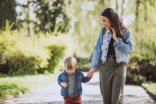 Matka Z Jej Małym Synem Ma Zabawę W Parku Darmowe Zdjęcia