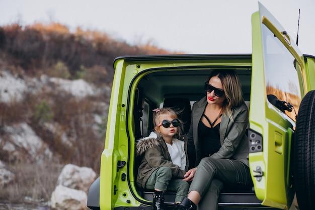 Matka z małą córeczką siedzącą z tyłu samochodu Darmowe Zdjęcia