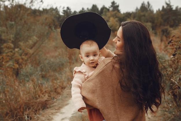 Matka Z Małą Córką Bawić Się W Jesieni Polu Darmowe Zdjęcia