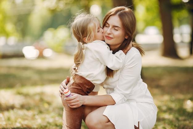 Matka Z Małą Córką Bawić Się W Lato Parku Darmowe Zdjęcia