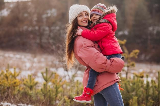 Matka Z Małą Córką W Zima Lesie Darmowe Zdjęcia