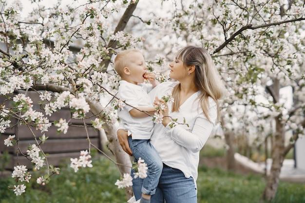 Matka Z Małym Synem, Grając Na Letnim Podwórku Darmowe Zdjęcia