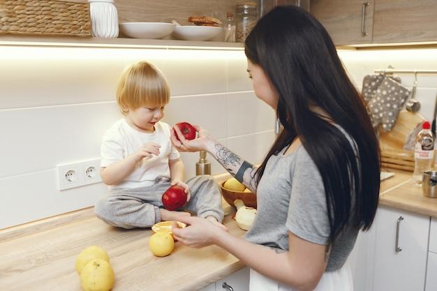 Matka Z Małym Synem Je Owoc W Kuchni Darmowe Zdjęcia