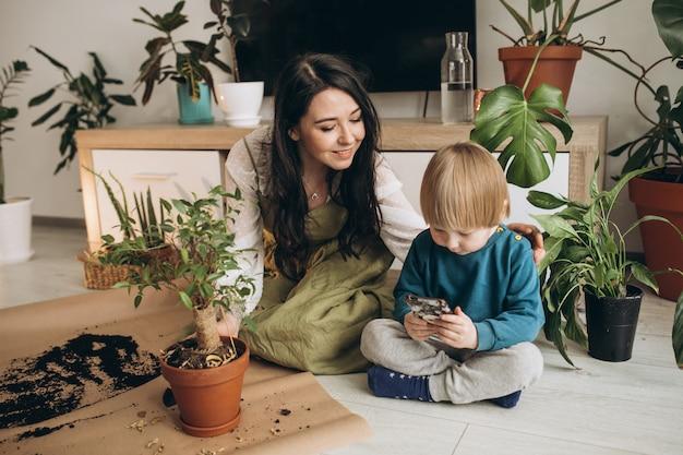 Matka Z Małym Synem Uprawia Rośliny W Domu Darmowe Zdjęcia