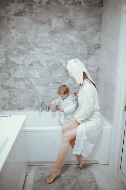 Matka z małym synem w łazience Darmowe Zdjęcia