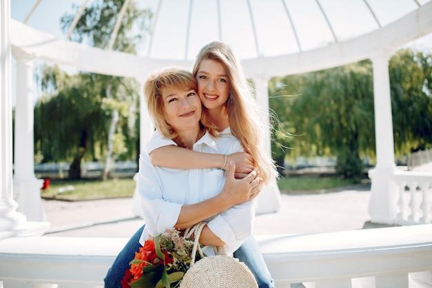 Matka z młodą córką w lato parku Darmowe Zdjęcia
