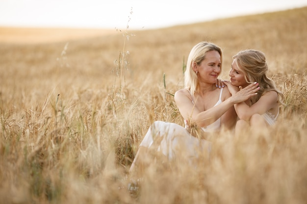 Matka z piękną córką w jesieni polu Darmowe Zdjęcia